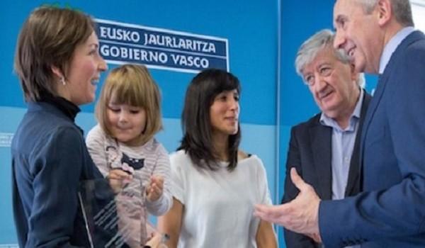 Wikitoki, la banca ética Fiare y los vecinos de Ulia reciben el premio Elkarlan